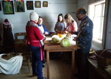 """Wystawa fotografii w ramach zadania publicznego pt. """"Jesienią w łemkowskiej chyży"""" 12"""